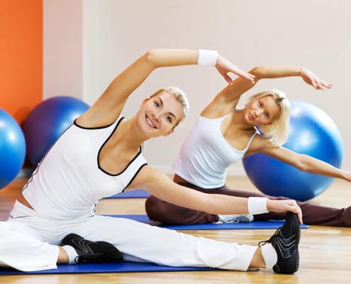 Zwei Frauen beim Pilates