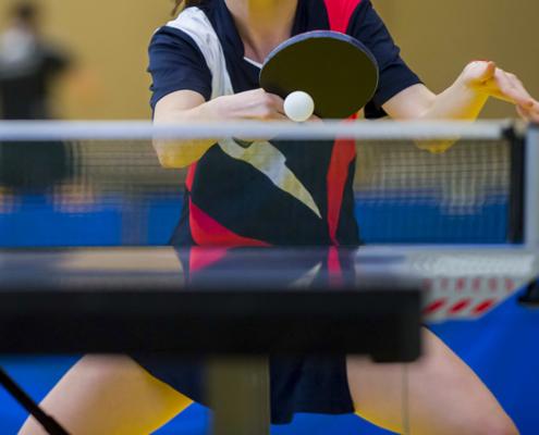 Tischtennisspieler mit Schläger und Ball