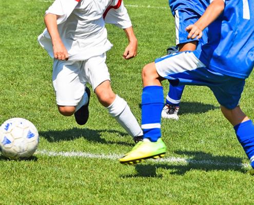 Fussballspieler mit Ball auf dem Spielfeld