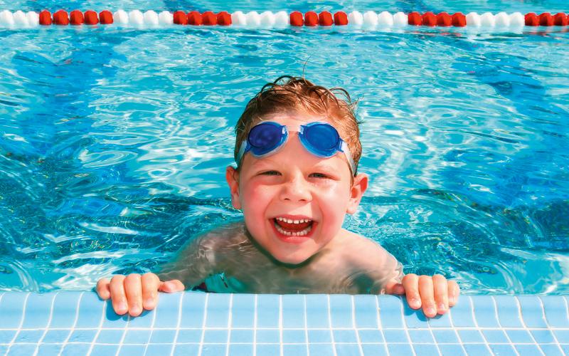 Kind am Rand eines Schwimmbeckens