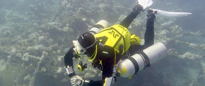 Ein Taucher des SCP kurz über dem Meeresgrund