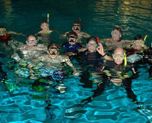 Gruppenbild von Tauchern im Wasser